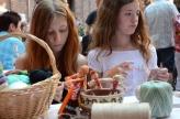 """Dos jovencitas alemanas participando en el taller de muñecas """"Motanka"""" hechas en hilo y lana, una tradición ucraína. Organizado por el Deutsch-Ukrainische Gesellschaft Rhein-Neckar e.V."""