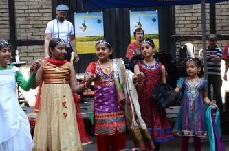 """Estas hermosas niñas del grupo de baile """"Dishaa"""" nos alegraron con un hermoso baile típico de India."""