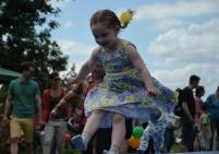 Para mí que este es el deporte favorito de los niños en este día. Duran horas y horas saltando :)
