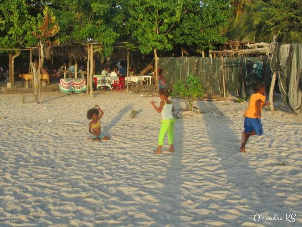 Niños jugando en la playa.