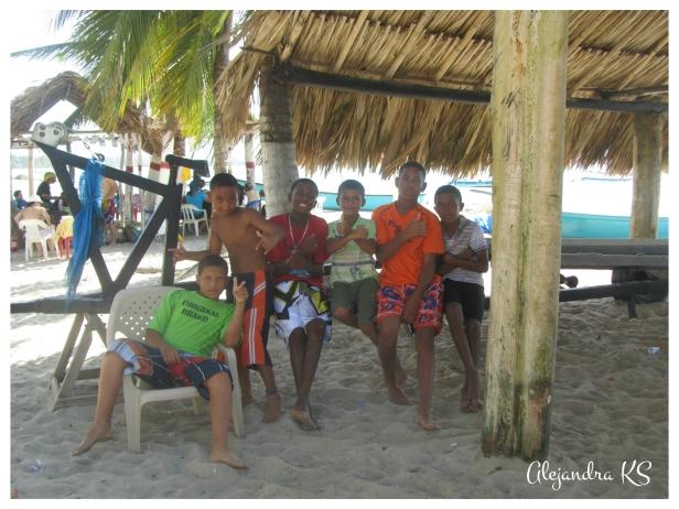 Grupo de jóvenes nativos disfrutando de la playa.